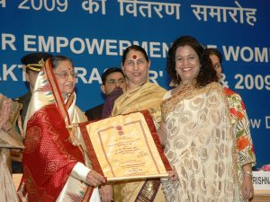 Ms. Hina Shah receiving the Stree Shakti Puraskar Award from Hon'bl President Smt. Pratibha Patil