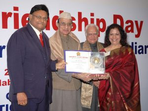 Ms. Hina Shah receiving the Bharat Jyoti Award